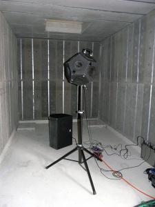 Bild Betonschallhaube: Innenraum mit Absorberelementen und Schallquelle