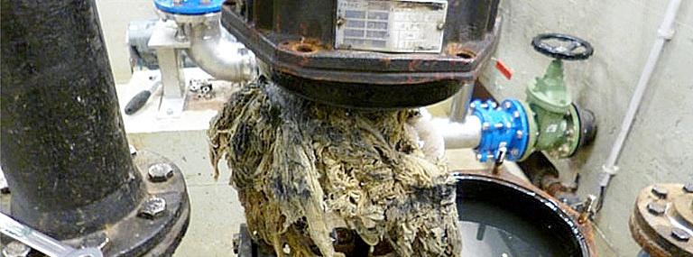 Bild AIRWEB Zellstoffstruktur mit Zerfallskinetik: Verzopfung an einer Abwasserpumpe (Bild: Berliner Wasserbetriebe)