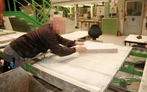 Bild Qualitätssicherungssystem für die Betonsteinfertigung (QSS): manuelle Sortierung von Bestonsteinen ohne QSS