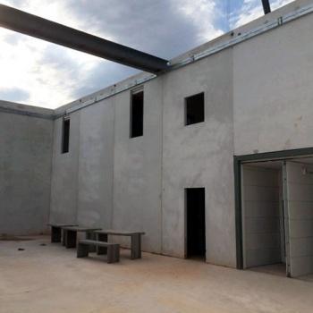 Gefängnis-Innenhof im Rohbau: Geplant ist dessen Überdachung mit bauwerkintegrierter Photovoltaik (BIPV)