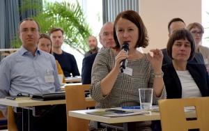 Bild Fachlicher Dialog mit Tagungsteilnehmerin beim IAB-Baustoff-FORUM 2020 in Weimar