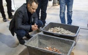 Bild Tagungsteilnehmer prüft Ergebnis der Sortieranlage im IAB-Recycling-Technikum