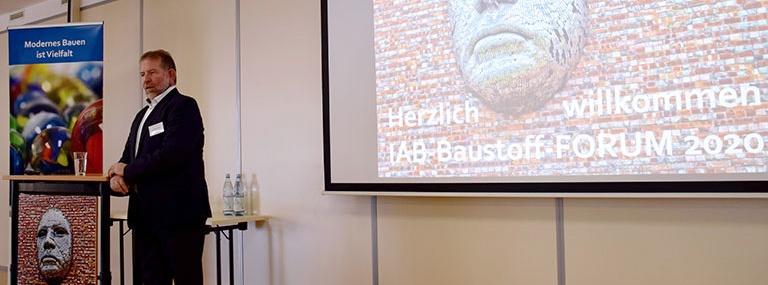 Bild Institutsdirektor Dr. Ulrich Palzer beim IAB-Baustoff-FORUM 2020