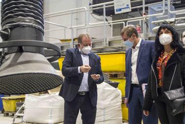 Bild Dr. Ulrich Palzer, Carsten Feller und Dr. Barbara Leydolph im IAB-Baustoffrecycling-Technikum