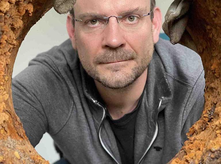 Bild Fachbereichsleiter Jan Glowig mit Rohrprobe im Rohrlabor des IAB